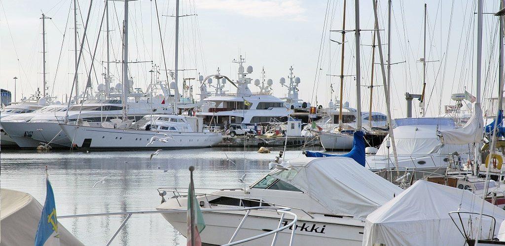 insieme di barche bianche al porto
